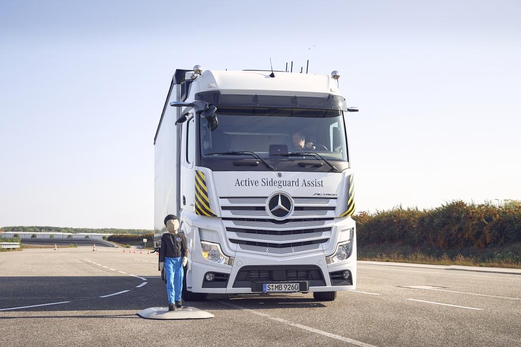 thumbnail for Mercedes annonce de nouveaux systèmes de sécurité