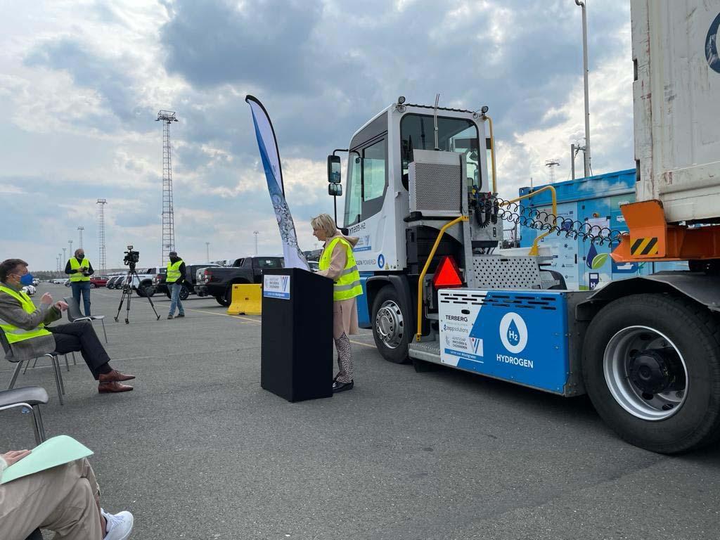 thumbnail for Terminaltrekker bevoorraad met waterstof uit mobiel tankstation in Antwerpen
